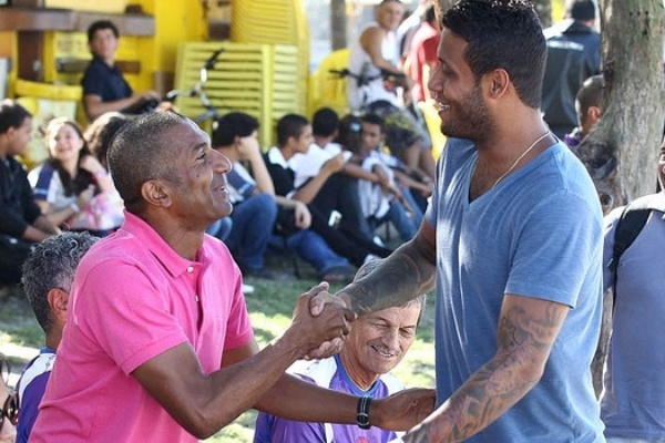 Léo Lima cumprimenta técnico Cristóvão Borges durante treino do Vasco (03/07/2012)