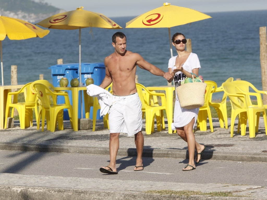 Malvino Salvador e Sophie Charlotte curtiram praia na zona oeste do Rio (3/7/12)