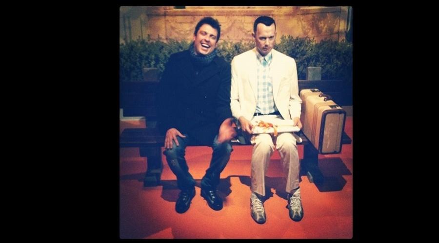 """O humorista Wellington Muniz, o Ceará do """"Pânico da Band"""", divulgou uma imagem onde aparece sentado ao lado do boneco de cera de Tom Hanks (3/7/12)"""