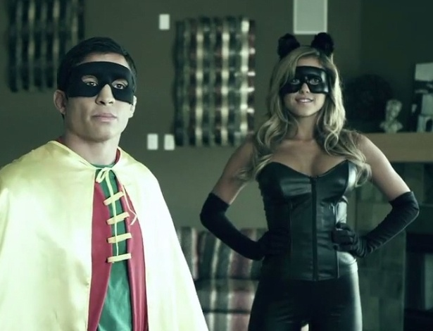 Ring girl do UFC Brittney Palmer se veste de Batgirl em vdeo de humor