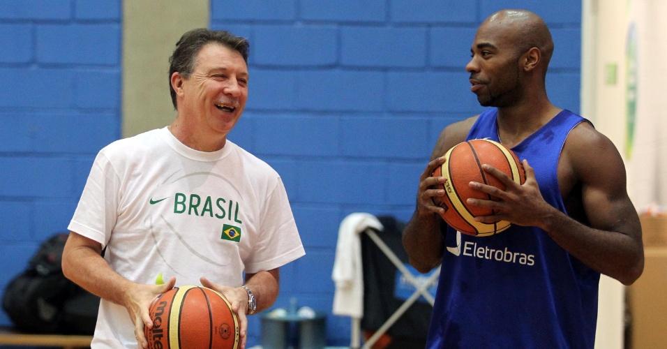 Rubén Magnano conversa com o armador Larry Taylor durante treino da seleção brasileira