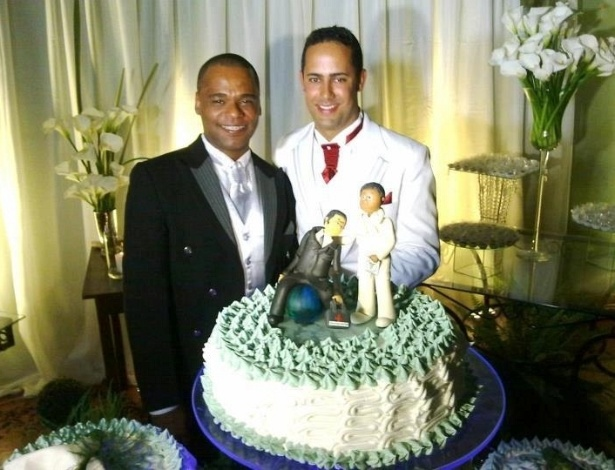 04.jul.2012 - Os pastores evang&#233;licos gays Anderson Pereira, 34, e Roberto Soares, 29, que se casaram em Belo Horizonte, disseram esperar que a uni&#227;o dos dois sirva de exemplo a outros casais homossexuais.