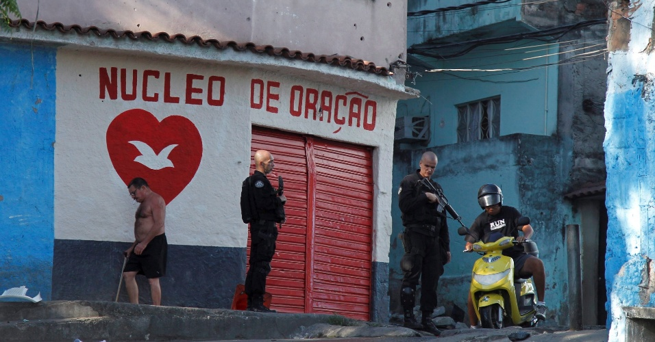 04.jul.2012 - Policiais realizam opera&#231;&#227;o na favela do Jacarezinho, na zona norte do Rio de Janeiro, em busca dos traficantes que invadiram a 25&#170; DP (Engenho de Dentro) e resgataram o chefe do tr&#225;fico, conhecido, como DG