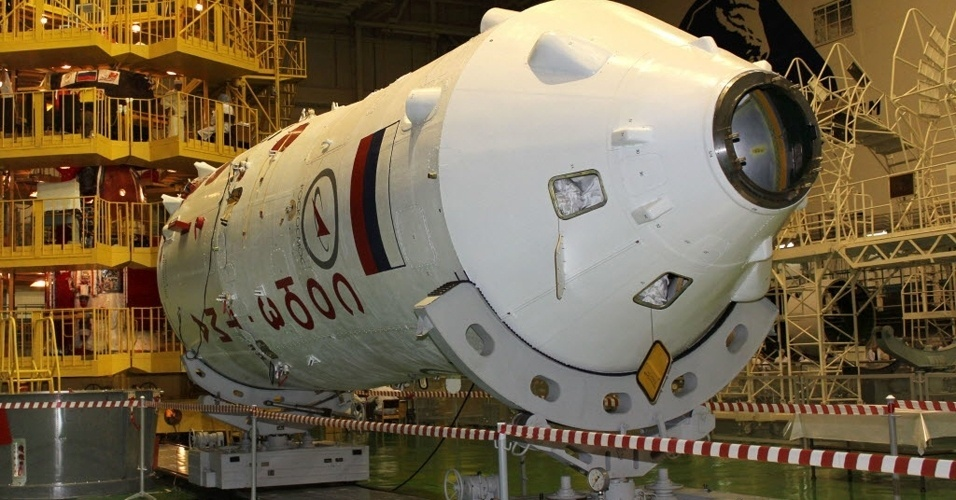 4.jul.2012 - A nave espacial russa Soyuz TMA-05M passa pelos &#250;ltimos ajustes antes de levar os astronautas Sunita Willliams, Yuri Malenchenko e Akihiko Hoshide para uma miss&#227;o na Esta&#231;&#227;o Espacial Internacional. O lan&#231;amento est&#225; previsto para o dia 15 de julho