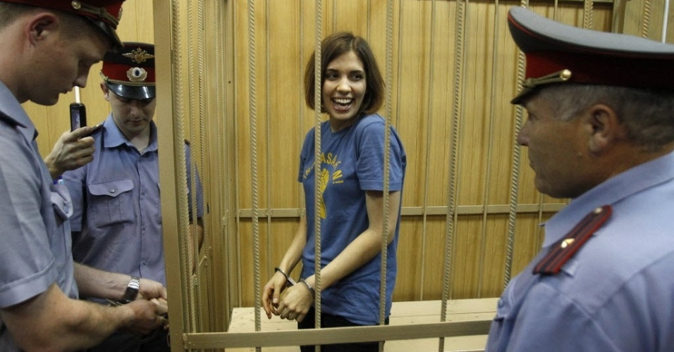 4.jul.2012 - Nadezhda Tolokonnikova, integrante da banda punk Pussy Riot, s de mulheres, acompanha enjaulada sua audincia em corte de Moscou