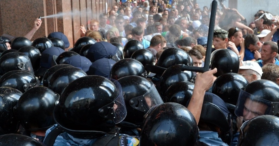 4.jul.2012 - Opositores enfrentam a pol&#237;cia durante protesto em Kiev, capital da Ucr&#226;nia, contra nova lei que institui o russo como l&#237;ngua oficial do pa&#237;s. O saldo dos confrontos &#233; de vidros quebrados e manifestantes cobertos de sangue. A pol&#237;cia usou g&#225;s lacrimog&#234;nio para conter os manifestantes