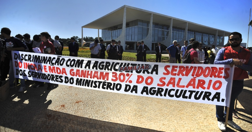 4.jul.2012 - Servidores do Minist&#233;rio do Desenvolvimento Agr&#225;rio e do Incra fazem manifesta&#231;&#227;o em frente ao Pal&#225;cio do Planalto, em Bras&#237;lia