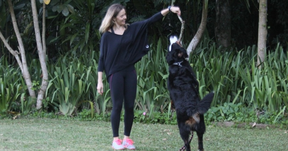 A atriz Bianca Rinaldi passeou com seu cachorro pela Barra da Tijuca, zona oeste do Rio (4/7/12). Bianca acaba de ser escalada para a pr&#243;xima miniss&#233;rie da Record