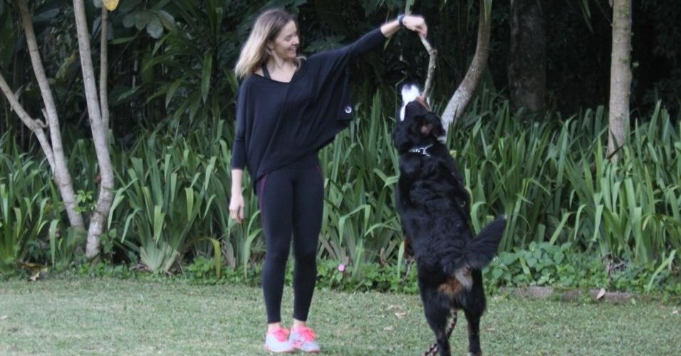A atriz Bianca Rinaldi passeou com seu cachorro pela Barra da Tijuca, zona oeste do Rio (4/7/12). Bianca acaba de ser escalada para a próxima minissérie da Record