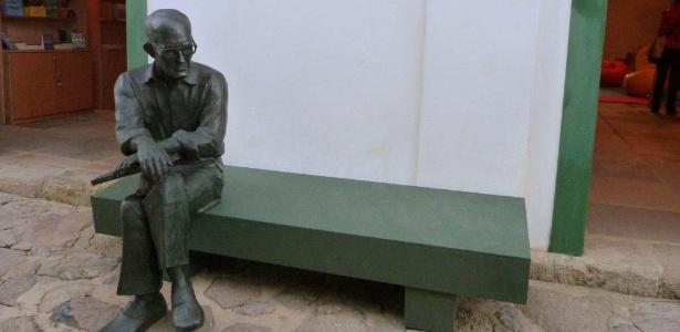 A réplica de Paraty da icônica estátua de Carlos Drummond de Andrade de Copacabana, no Rio