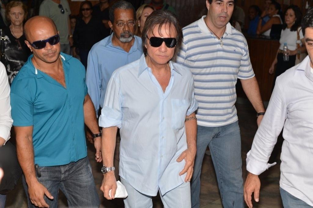 Abalado, Roberto Carlos deixou o velório de Ivone Kassu sem acompanhar a cerimônia de sepultamento (4/7/12)