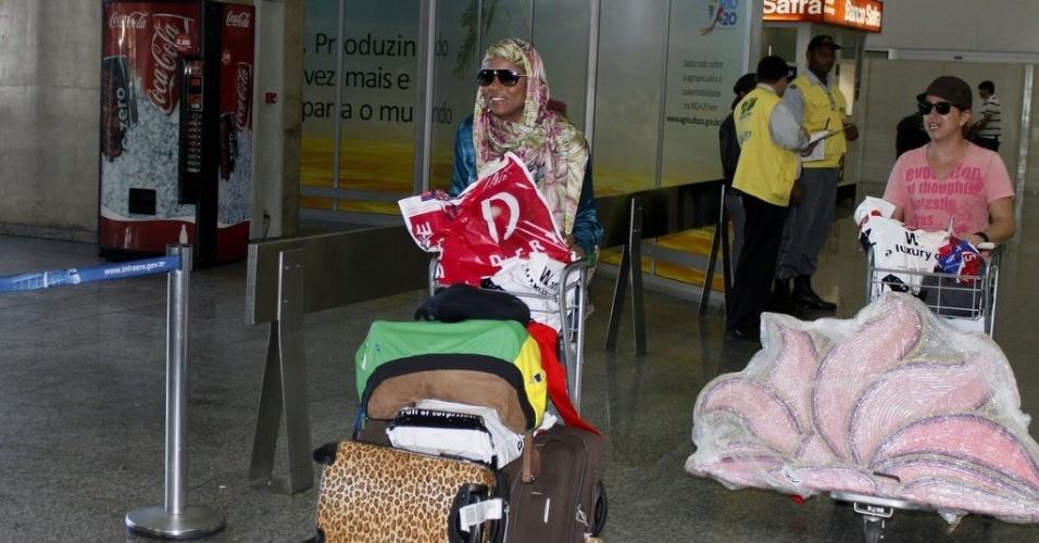 Adriana Bombom desembarcou no aeroporto do Galeão, zona norte do Rio, usando um véu (4/7/12)