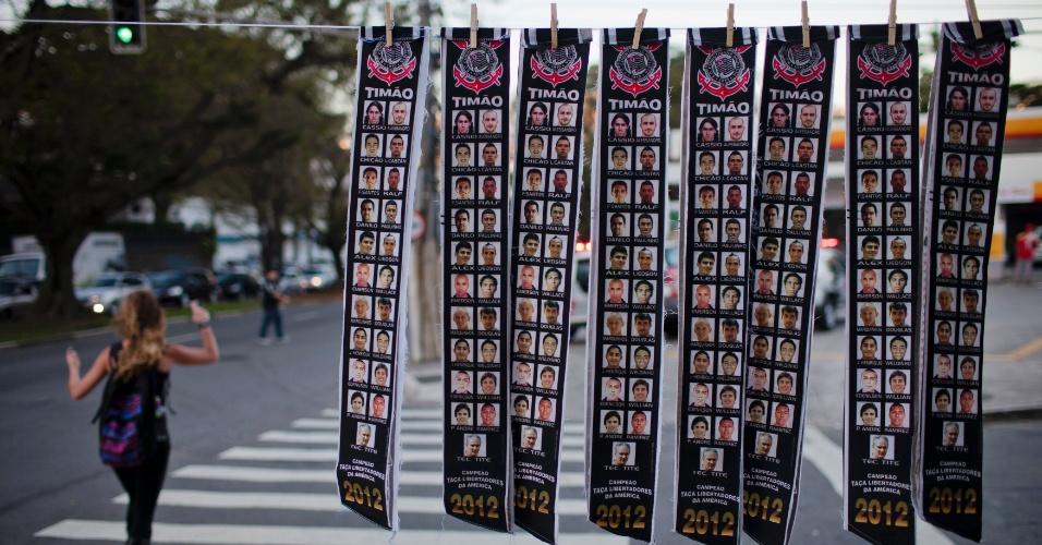 Ambulantes vendem faixas de Corinthians campeão da Libertadores-2012 nos arredores do Pacaembu