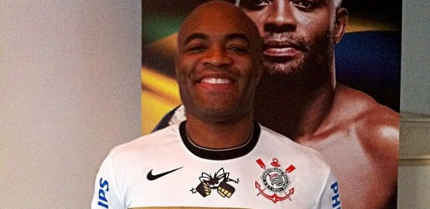 Anderson Silva com uniforme do UFC 148, feito pelo Corinthians