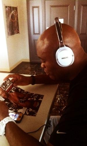Anderson Silva relaxa curtindo um som em Las Vegas, antes do combate com Chael Sonnen, no sábado (07/07)