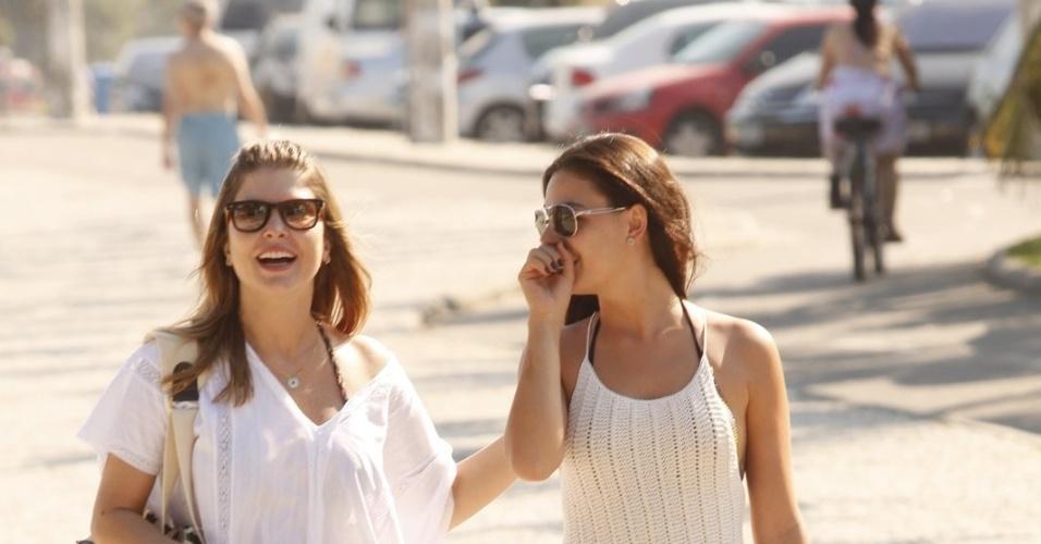 As atrizes Isis Valverde e Bárbara Borges aproveitaram a quarta e foram à praia da Barra da Tijuca, zona oeste do Rio (4/7/12). Isis está no ar em