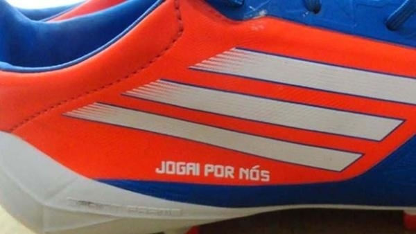 Chuteiras de jogadores do Corinthians com a frase 'Jogai por nós' na final da Libertadores