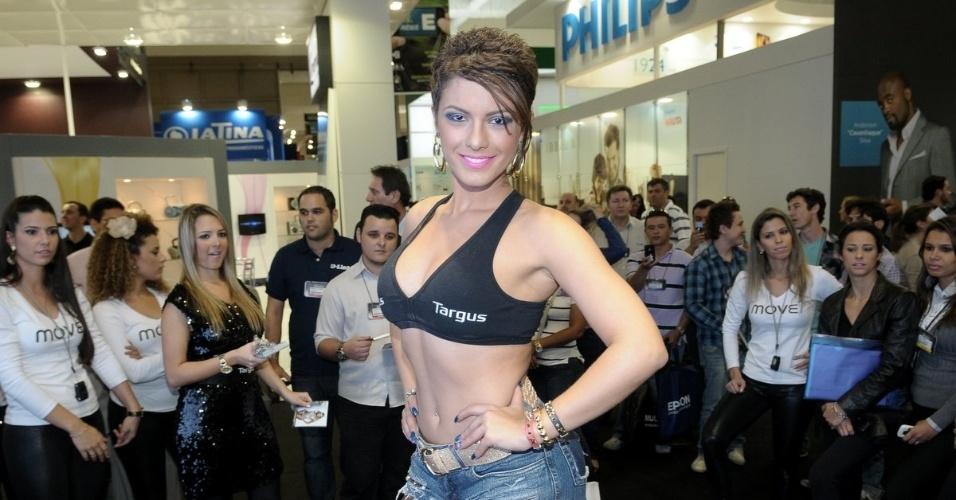 De barriga de fora, a panicat Babi Rossi participou da Feira Eletrolar, em São Paulo (4/7/12)