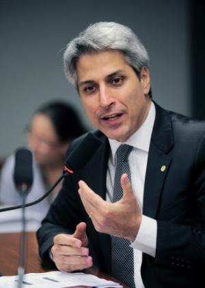 Deputado Alessandro Molon (PT-RJ), relator do marco civil, disse que terminará texto do projeto no meio da manhã desta terça-feira