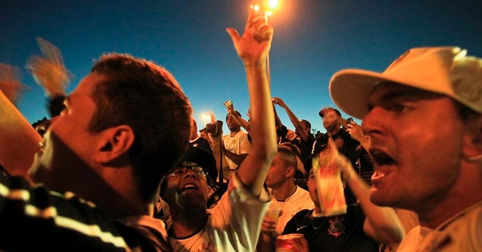 Do lado de fora do Pacaembu, torcedores do Corinthians fazem festa antes do jogo contra o Boca Juniors