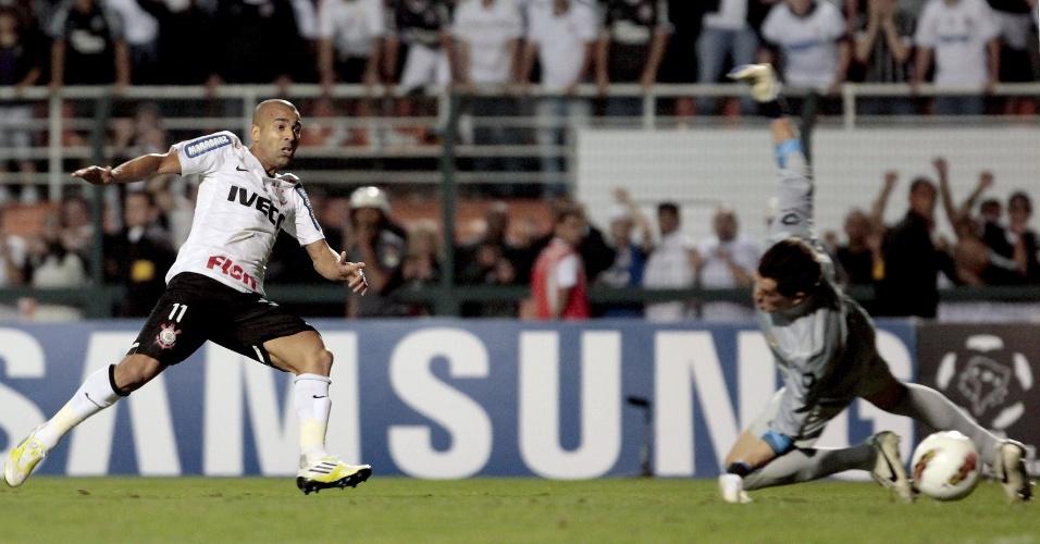 Emerson sheik toca na saída do goleiro Sosa para marcar o segundo gol do Corinthians contra o Boca Juniors na decisão da Libertadores