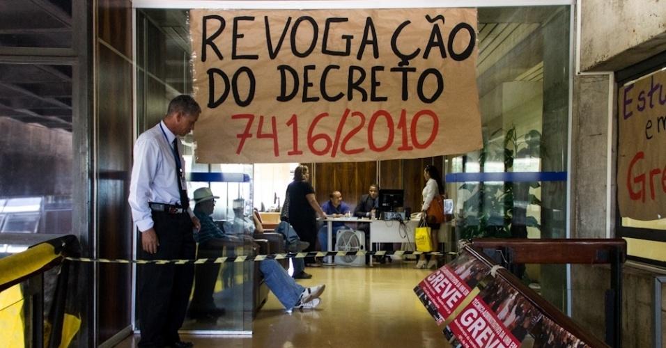 Estudantes ocupam o gabinete da reitoria da UnB (Universidade de Brasília) desde a tarde de ontem (3). Segundo informações da assessoria de imprensa da universidade, os alunos passaram a noite no local e hoje (4) estão em reunião com a administração. O protesto pede mudanças na assistência estudantil