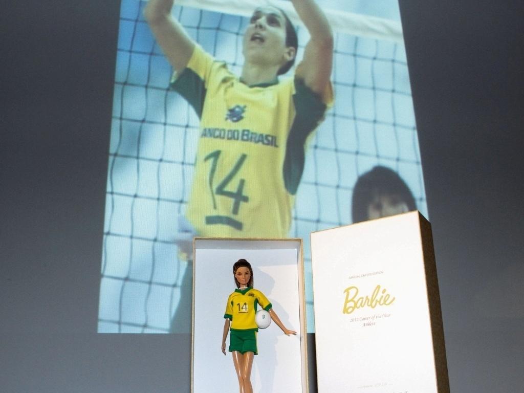 Figurino da boneca é inspirado no uniforme usado pela levantadora na seleção brasileira