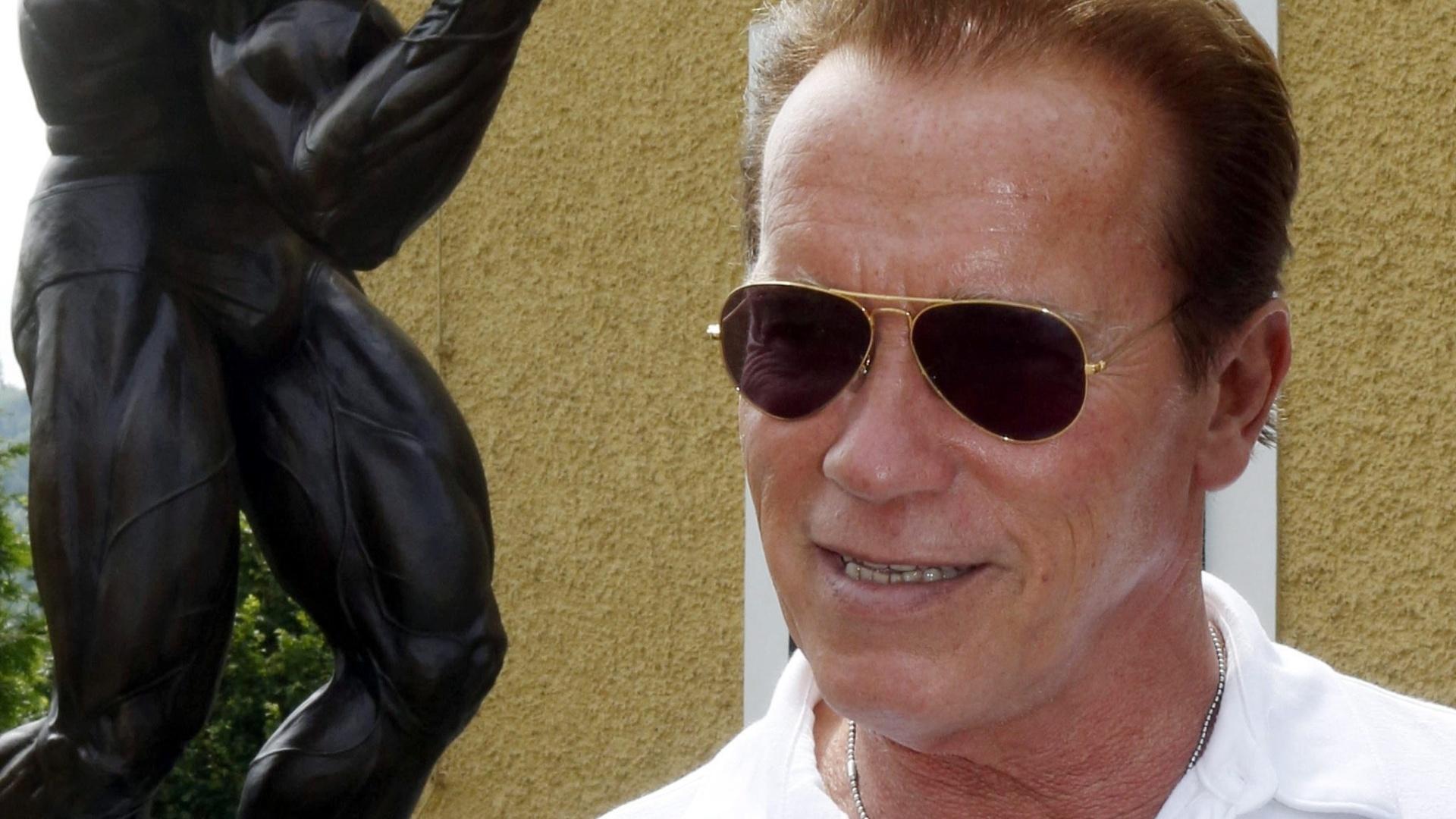 Governador da Califórnia, o ator Arnold Schwarzenneger visita museu na Áustria, sua cidade natal, em sua homenagem. Atrás do ator, escultura da época em que era fisiculturista (4/7/12)