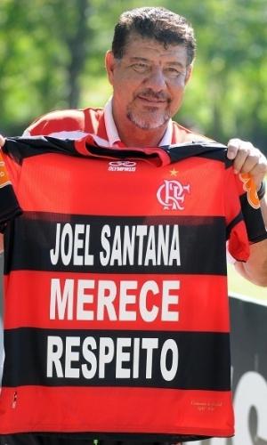 Joel Santana exibe camisa e comemora apoio da torcida do Flamengo (04/07/2012)