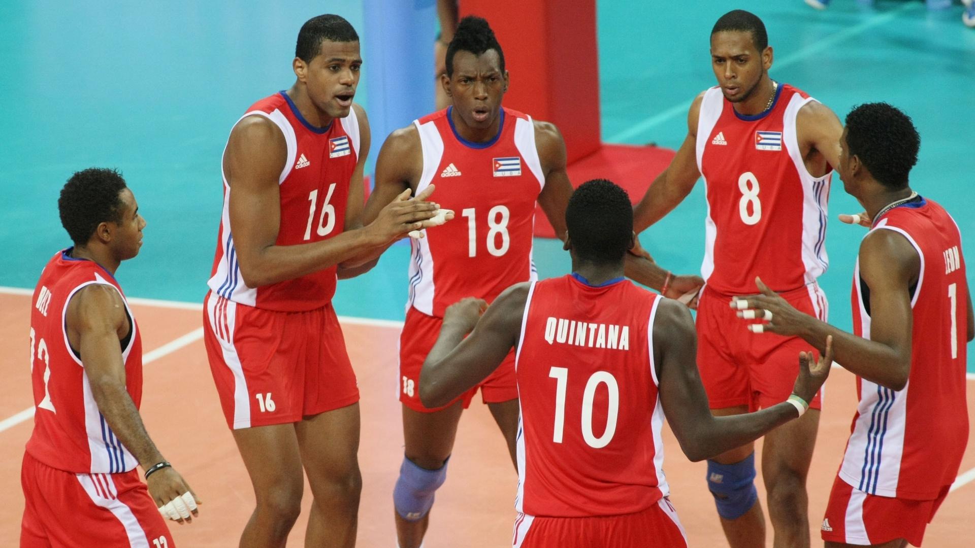 Jogadores de Cuba comemoram após um ponto no confronto com o Brasil