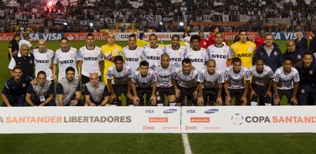 Jogadores do Corinthians posam antes do início da decisão da Libertadores contra o Boca Juniors