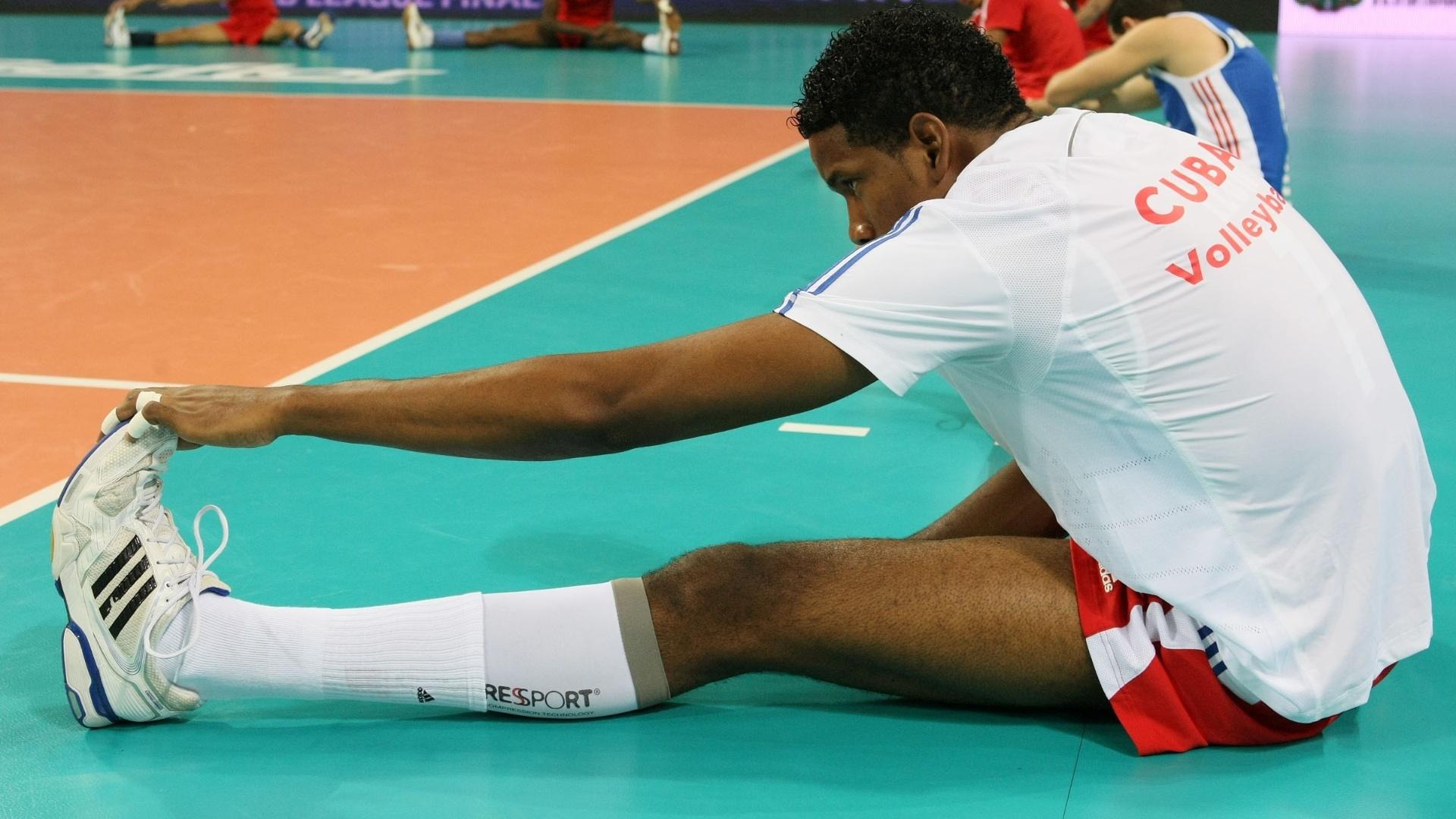 Leon, de Cuba, se alonga antes do início do jogo com o Brasil; jogador deu trabalho ao time de Bernardinho