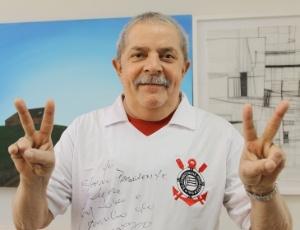 Lula posa com camisa do Corinthians, presente do ex-jogador do time paulista Roberto Rivellino