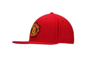 Boné vermelho com o símbolo do time de futebol Manchester R  69 46109924bbe