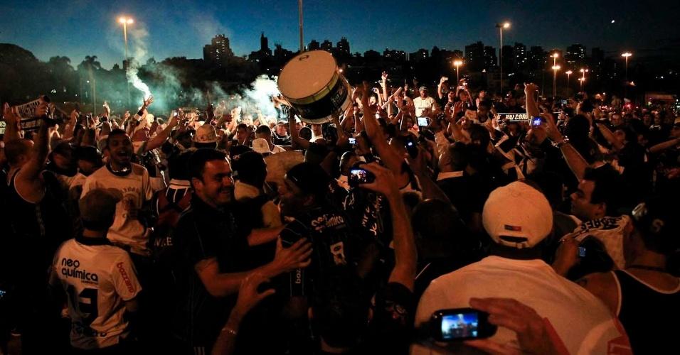Milhares de torcedores corintianos fazem festa do lado de fora do estádio do Pacaembu