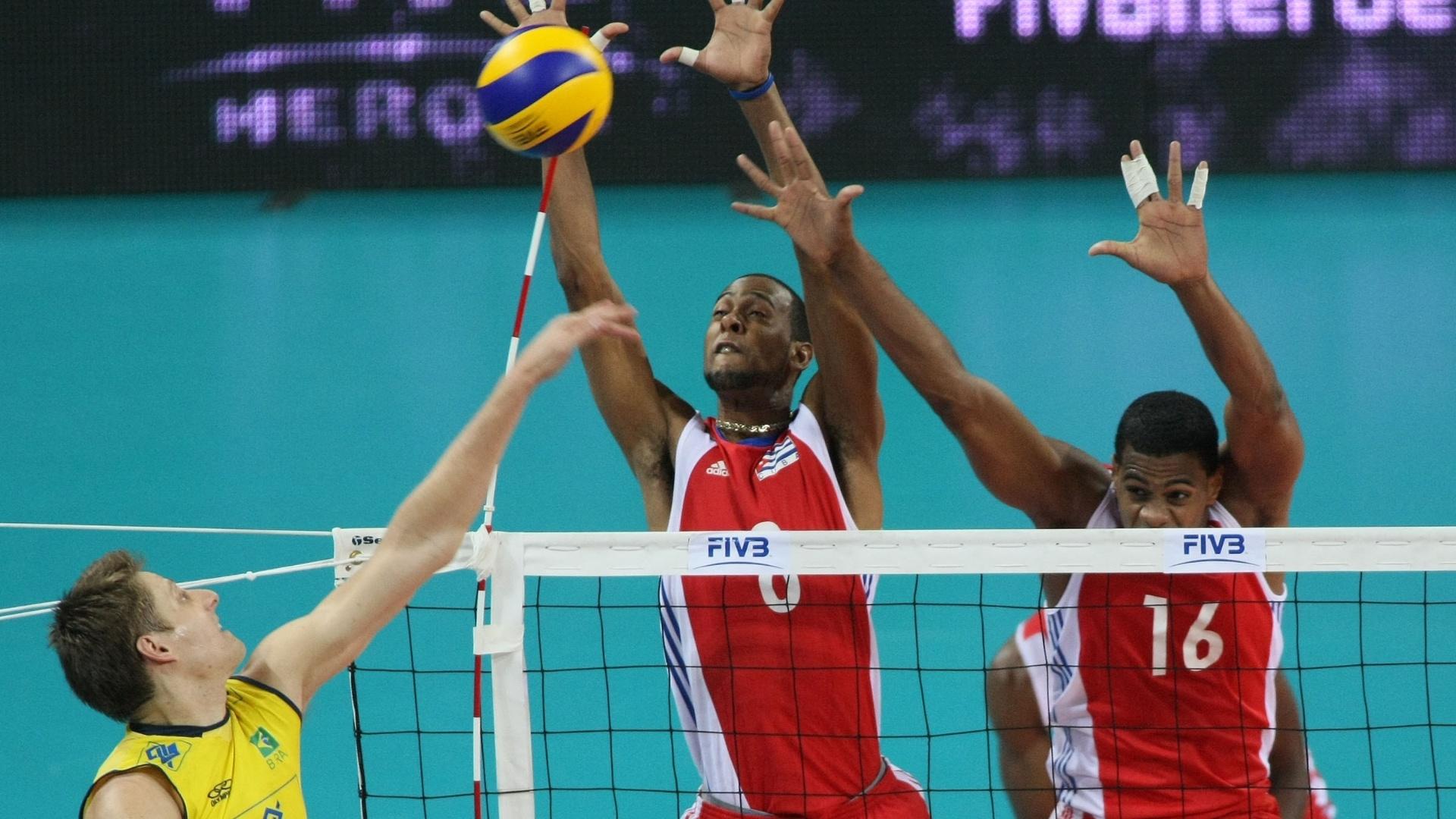 Murilo para no bloqueio de Cuba na estreia do time na fase final da Liga Mundial