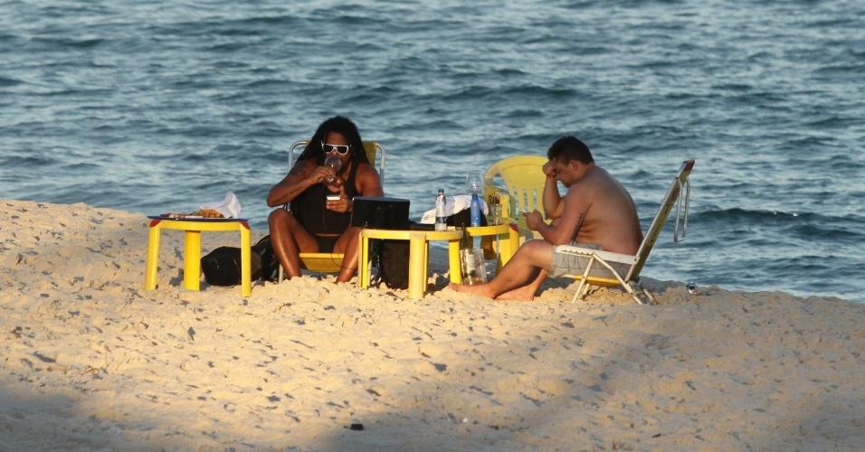 O cantor Marcelo Falcão curtiu a praia da Reserva, zona oeste do Rio (4/7/12). Falcão estava acompanhado de um amigo e aproveitou para beber vinho