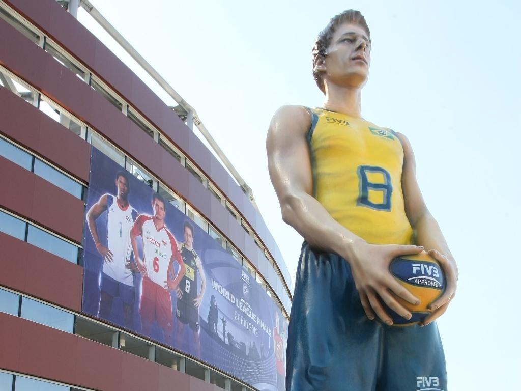 Organização da Liga Mundial expõe estátua de Murilo na frente do ginásio na Bulgária