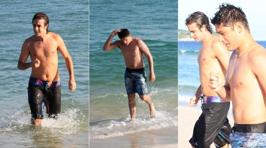 Os atores Ronny Kriwat e Daniel Rocha aproveitaram a quarta para irem à praia, no Rio (4/7/12)