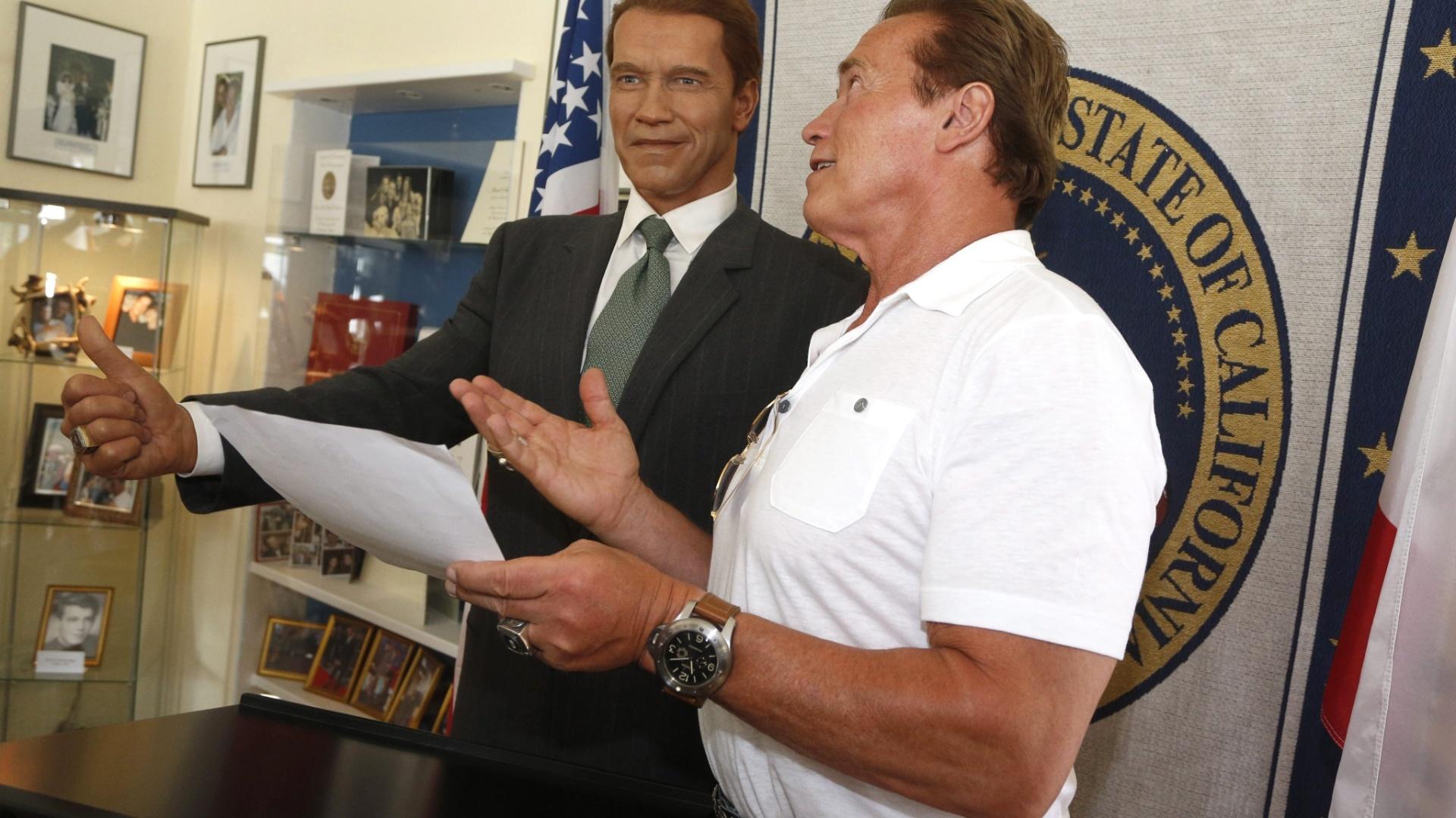 Schwazenegger posa ao lado de estátua de cera sua, representando seu cargo de ex-governador da Califórnia (4/7/12)