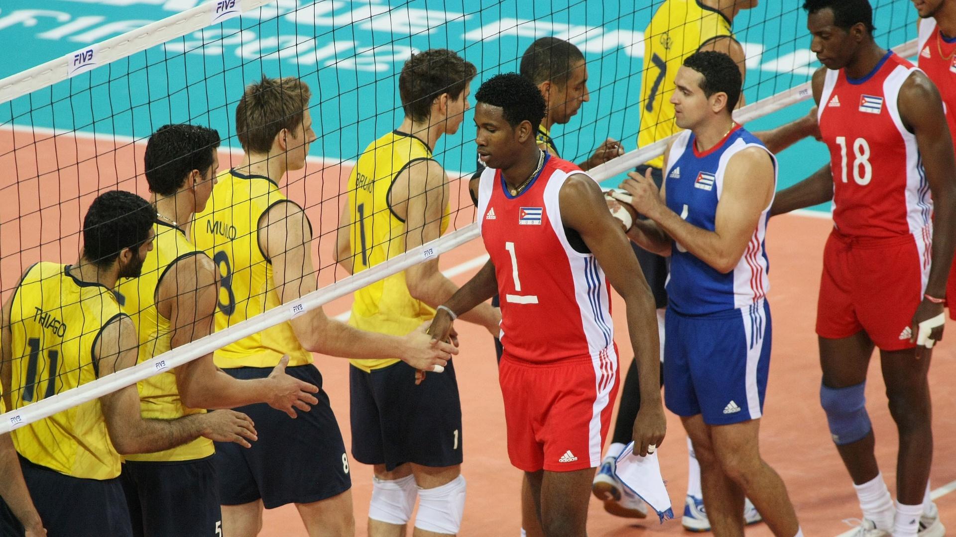 Seleções de Cuba e Brasil se cumprimentam antes do início do jogo que abriu a fase final da Liga Mundial