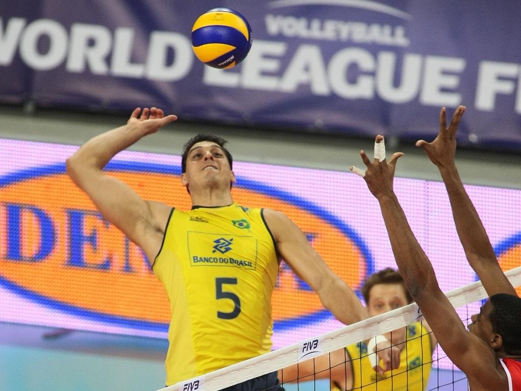 Sidão tenta ultrapassar o bloqueio de Cuba na estreia do Brasil na fase final da Liga Mundial