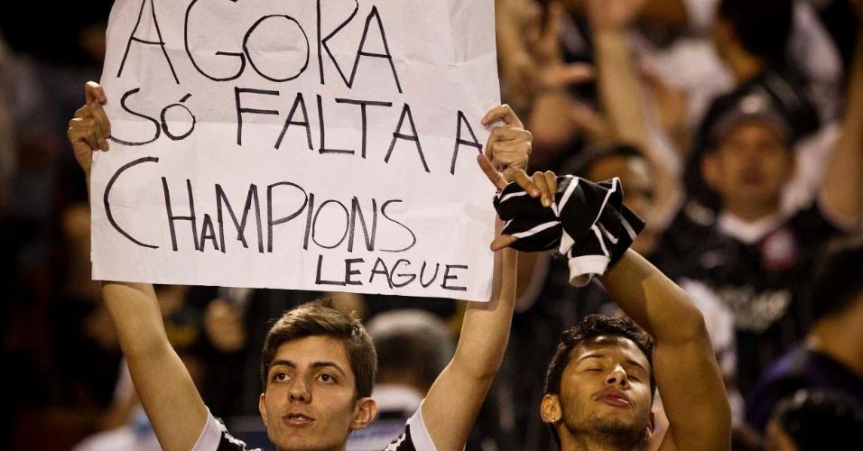 Torcedor do Corinthians exibe cartaz nas arquibancadas do Pacaembu antes da decisão da Libertadores