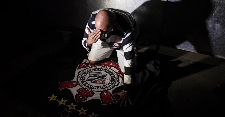 Torcedor do Corinthians se ajoelha e reza antes do início da final da Libertadores