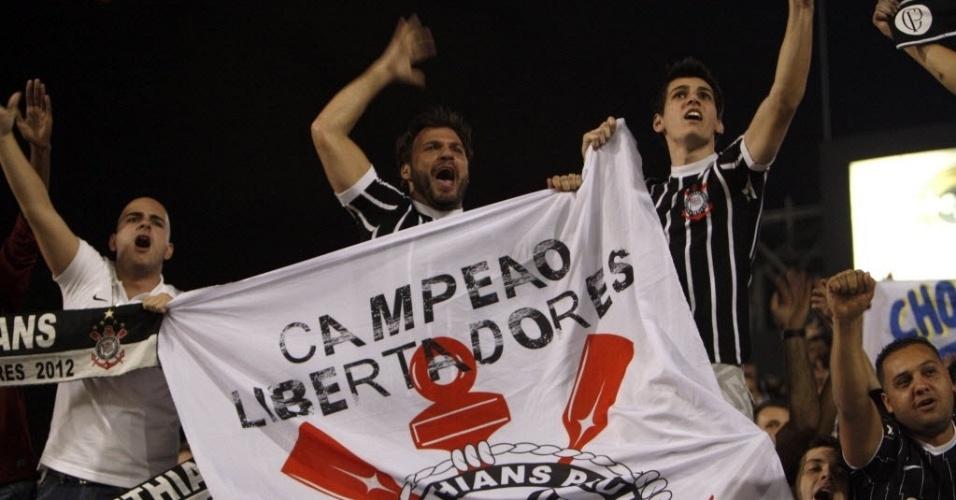 Torcedores do Corinthians lotam as arquibancadas do estádio do Pacaembu para o jogo contra o Boca Juniors