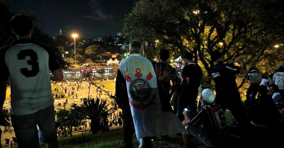 Torcedores do Corinthians observam movimentação em frente ao estádio do Pacaembu