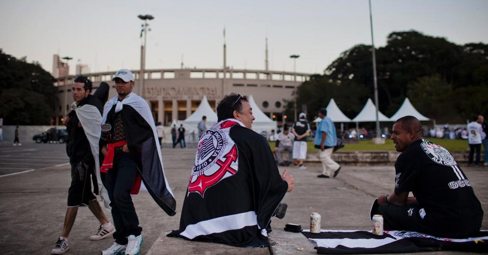 Torcedores do Corinthians se aglomeram na praçã Charles Miller, em frente ao Pacaembu