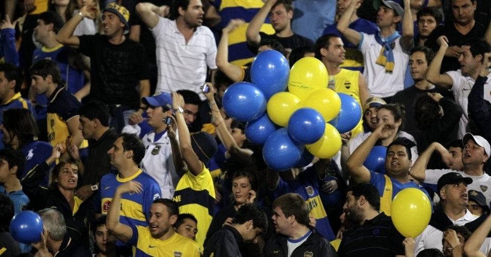 Torcida do Boca Juniors usa bexigas para colorir as arquibancadas do estádio do Pacaembu