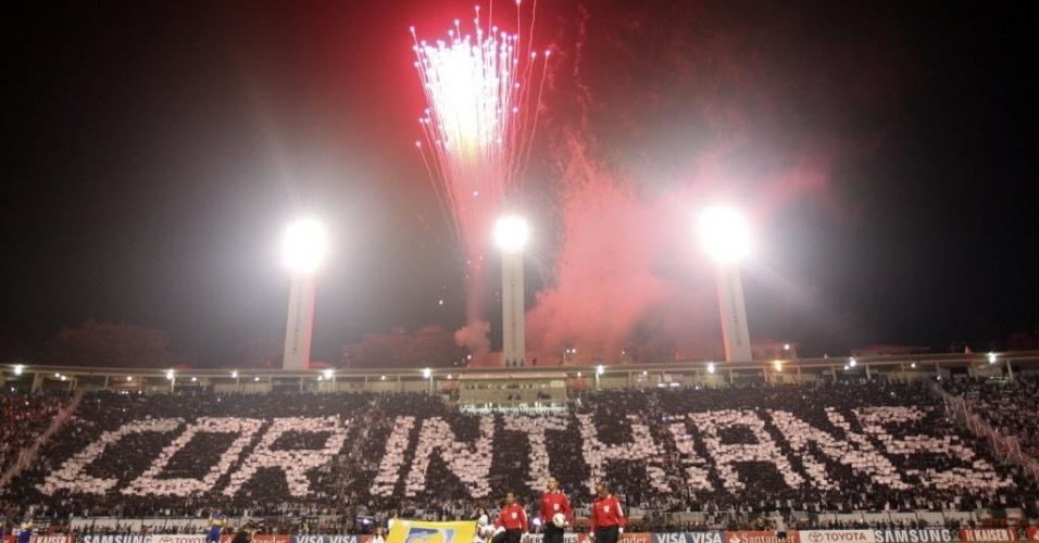 Torcida do Corinthians exibe mosaico pouco antes do início da decisão da Libertadores contra o Boca Juniors no Pacaembu