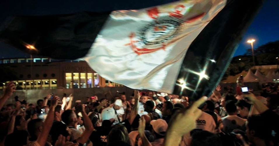 Torcida do Corinthians faz festa antes de entrar no estádio do Pacaembu